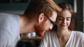 Millennial facet dostaje obeznany opowiadać ładna dziewczyna w kawiarni zbiory