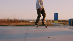 Millennial hipster skateboarder ritten in zonsondergang stock videobeelden