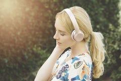 Millennial kobieta Słucha muzyka na Jej hełmofonach i Emocjonalnie Rusza się obrazy stock
