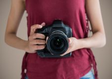 Millennial kobiety w połowie sekcja z kamerą przeciw brown tłu obrazy royalty free