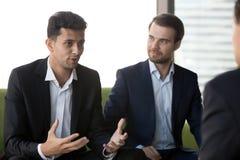 Millennial koledzy negocjuj? przy spotkaniem dyskutuje pomys?y fotografia royalty free