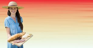 Millennial kvinna med matuppläggningsfatet mot oskarp röd och persikabakgrund Arkivfoto