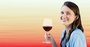 Millennial kvinnaavsmakningvin mot oskarp röd och persikabakgrund Arkivbilder