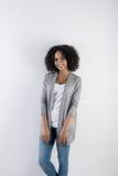 Millennial kvinnlig modell med den afro frisyren arkivbild