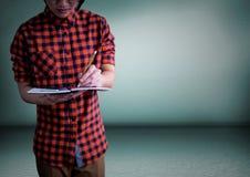 Millennial mężczyzna sekci w połowie writing w notepad przeciw zielonemu pokojowi obrazy royalty free
