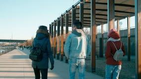Millennial Mensen: Drie Jonge Vrienden spreken en lopen op Moderne Kade stock videobeelden