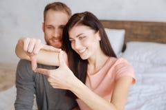Millennial par som inramar framsidor med händer Royaltyfria Bilder