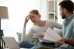 Millennial para spór nad pieniężnymi rachunkami w domu fotografia royalty free