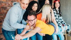Millennials休闲交往的teambuilding 免版税图库摄影