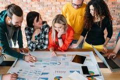 Millennials που συναντά το θετικό κλίμα εργασίας στοκ εικόνες