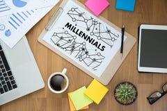 MILLENNIALS χέρια επιχειρησιακών ομάδων ΕΝΝΟΙΑΣ στην εργασία με το οικονομικό ρ Στοκ Εικόνες