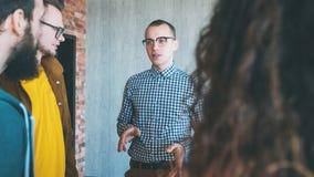 Millennials bedrijfsleiders efficiënt groepswerk stock afbeeldingen