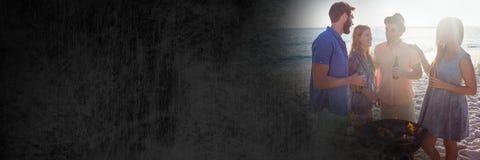 Millennials bij bbq op strand met gloed en zwarte grungeovergang Royalty-vrije Stock Afbeeldingen