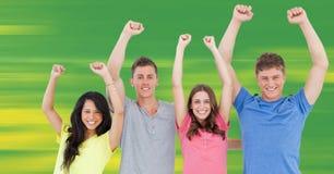 Millennials célébrant sur le fond vert et jaune trouble Image stock