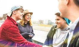 Millennials de los mejores amigos que se divierten auténtico en la zona urbana en Berlín foto de archivo libre de regalías