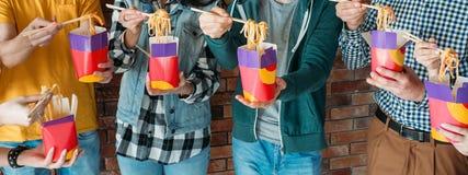 Millennials lunchu szybkiego żarcia niezdrowy nałóg obrazy stock
