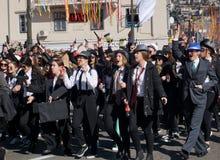 Millennials maskował w żakiecie, odprowadzeniu, działaniu i śpiewie w karnawałowej paradzie mafijnych czarnych, zdjęcia royalty free