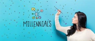 Millennials med den unga kvinnan som rymmer en penna Arkivbild