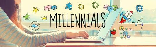 Millennials met vrouw die aan laptop werken Stock Fotografie