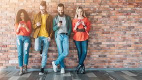 Millennials ogólnospołecznych środków uzależniony pokolenie obrazy royalty free