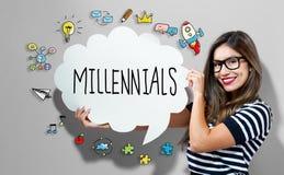 Millennialstekst met vrouw die een toespraakbel houden Stock Foto