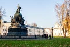Millennio del monumento della Russia, st Sophia Cathedral con il gruppo dei turisti che cammina avanti in Veliky Novgorod, Russia immagini stock