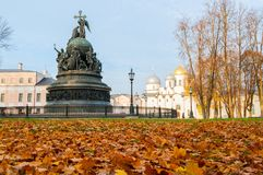 Millennio del monumento della Russia sui precedenti della st Sophia Cathedral in Veliky Novgorod, Russia - vista di autunno fotografia stock libera da diritti
