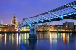 Millenniumbrug en Heilige Paul Cathedral, Londen, het UK Stock Foto