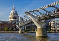 Millenniumbrug en Heilige Pauls Cathedral, Londen Stock Foto's