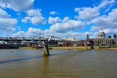 Millenniumbrug en St Paul Kathedraal, Londen, het Verenigd Koninkrijk Royalty-vrije Stock Afbeelding