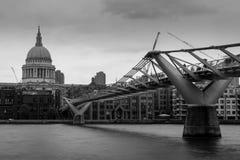 Millenniumbrug en St Pauls Cathedral royalty-vrije stock afbeelding