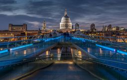 Millenniumbrug in Londen bij nacht stock afbeeldingen