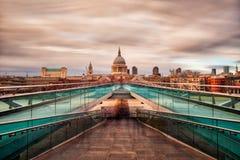 Millenniumbrug in Londen naar St Paul Kathedraal, die in September 2018 wordt genomen genomen in hdr royalty-vrije stock foto