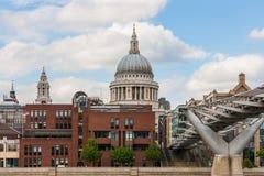 Millenniumbrug overdwars aan St Pauls Cathedral, Londen, Engeland Royalty-vrije Stock Afbeeldingen