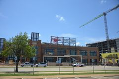 Miller Tavern no estádio da vida do globo, Arlington, Texas imagens de stock