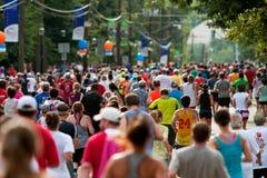 Milliers courus vers la ligne d'arrivée de l'épreuve sur route d'Atlanta Peachtree photographie stock