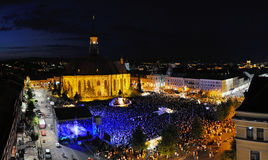 Milliers de personnes sur une place pendant un concert Photographie stock libre de droits