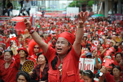 Milliers de protestation rouge de chemises à Bangkok Photographie stock