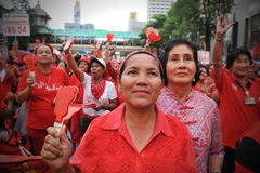 Milliers de protestation rouge de chemises à Bangkok Images stock