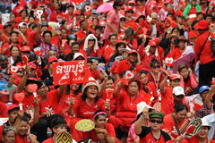 Milliers de protestation rouge de chemises à Bangkok Images stock