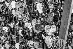 Milliers de serrures d'amour attachées à la sculpture en amour chez le Tage Riverwalk à Lisbonne - à LISBONNE/au PORTUGAL - 14 ju Photographie stock libre de droits