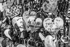 Milliers de serrures d'amour attachées à la sculpture en amour chez le Tage Riverwalk à Lisbonne - à LISBONNE/au PORTUGAL - 14 ju Image libre de droits