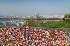 Milliers de serrures d'amour et vue de ville à Séoul Image libre de droits
