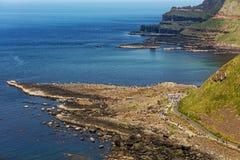 Milliers de touristes visitant la chaussée géante du ` s dans le comté Antrim de l'Irlande du Nord Photos stock