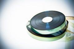 35 millimètres de pellicule cinématographique de bobines de vintage d'effet de couleur sur le blanc Images stock