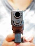 9-Millimeter-automatische Faustfeuerwaffe, die durch Frau hält Lizenzfreies Stockbild