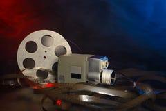 8 Millimeter-Filmkamera mit einer Spule des Filmes im blauen und roten Rauche Lizenzfreie Stockbilder