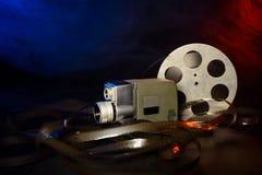 8 Millimeter-Filmkamera mit einer Spule des Filmes im blauen und roten Rauche Lizenzfreies Stockbild