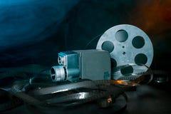 8 Millimeter-Filmkamera mit einer Spule des Filmes im Rauche Stockfotos