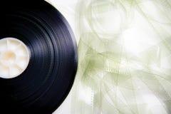 35 Millimeter-Kinofilmrolle entrollt auf Weiß Stockbilder